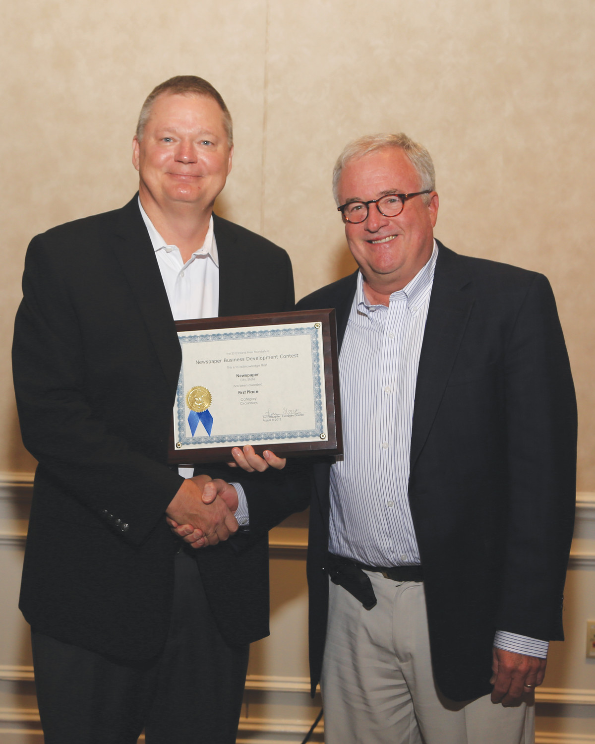Southern Lithoplate Vice President of Sales Ted McGrew presents BH Media Group's Doug Hiemstra with a symbolic certificate for the group's North Platte (Neb.) Telegraph taking first class in its circulation group in the Print Quality Competition's Color division.