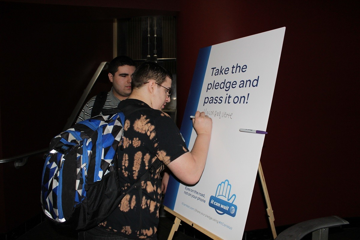 Students signing the pledge.