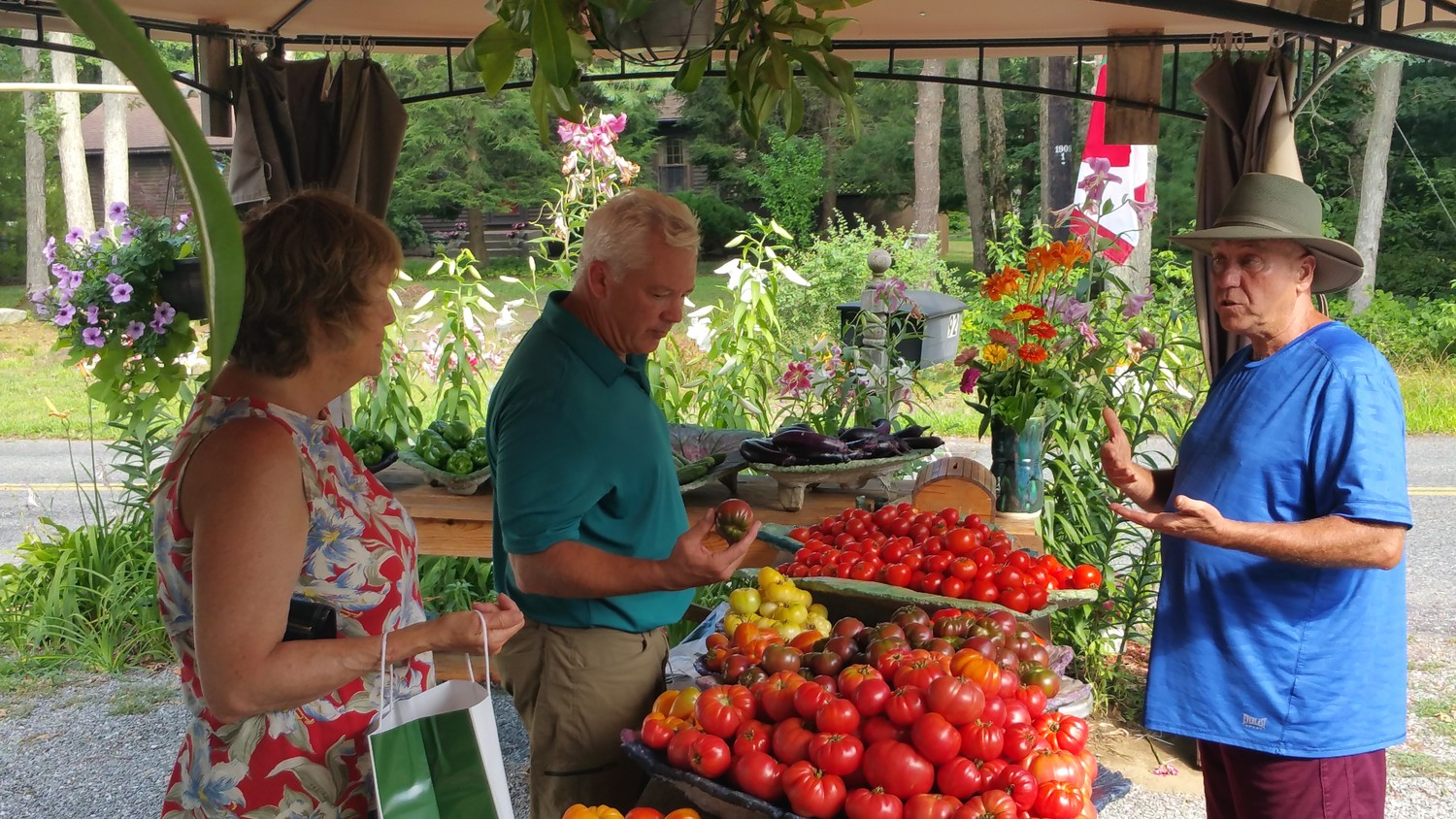 Bob serving some of his repeat customers for organic heirloom tomatoes