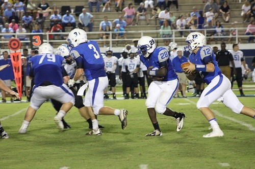 Dylan Casstevens fakes the handoff to Darnell Bell with blocking by Britton Riverbark (79) and Devon Kee (3).