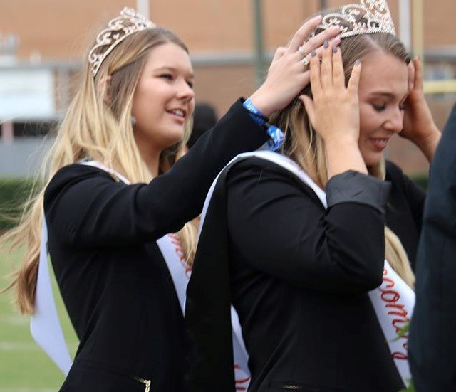 2018 Queen Mary Bradley Rodgers helps crown Wilson.