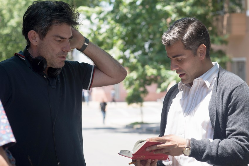 """Chris Weitz (left) goes over a scene from """"Operation Finale"""" with star Oscar Isaac."""