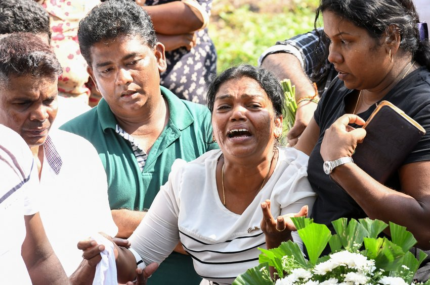 A Sri Lankan woman cries during a burial service for a bomb blast victim in a cemetery in Colombo on April 23, 2019, two days after a series of bomb attacks targeting churches and luxury hotels in Sri Lanka. - Sri Lanka began a day of national mourning on April 23 with three minutes of silence to honor more than 300 people killed in suicide bomb blasts that have been blamed on a local Islamist group.