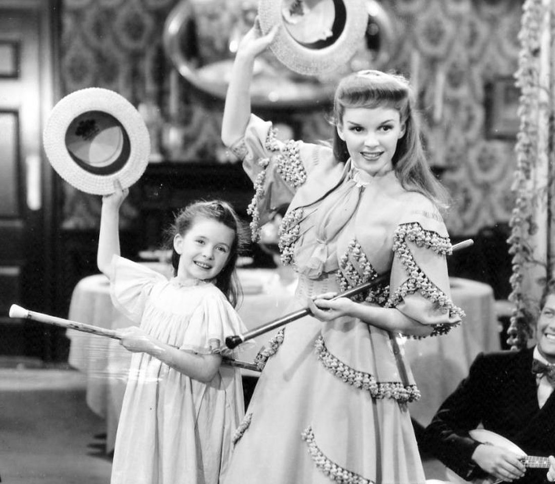 "Margaret O'Brien with Judy Garland in ""Meet Me in St. Louis"" (1944)."