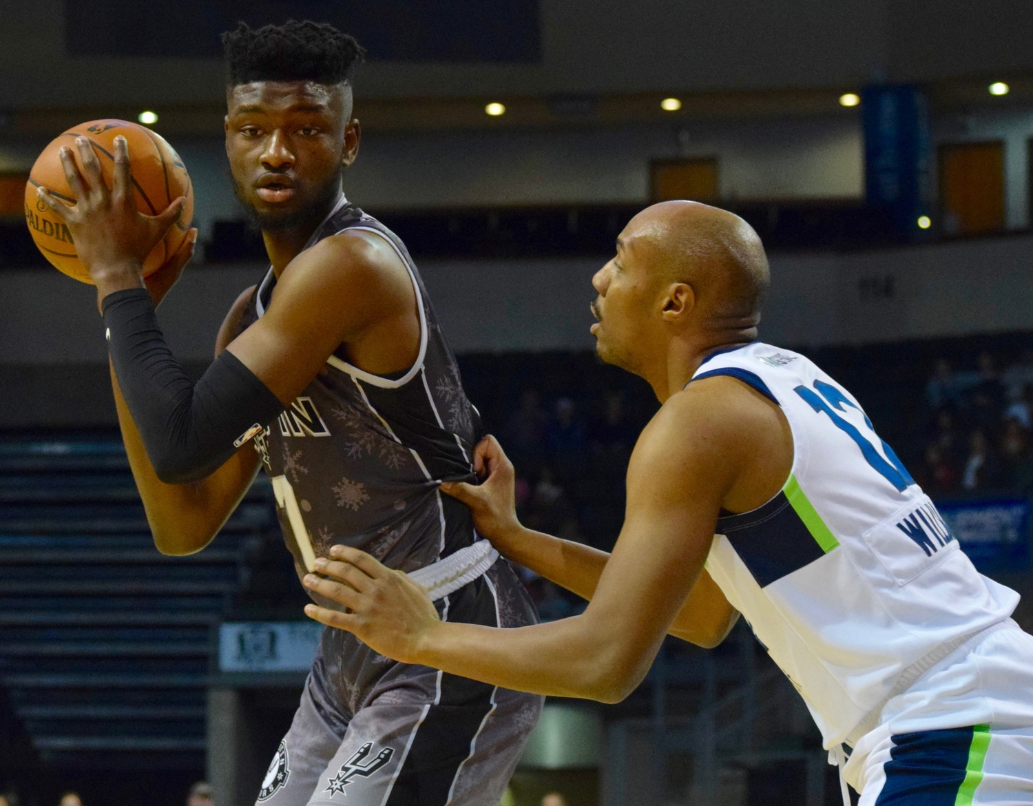 Chimezie Metu scored 21 points and the Austin Spurs beat the Iowa Wolves 118-116 on Saturday night.