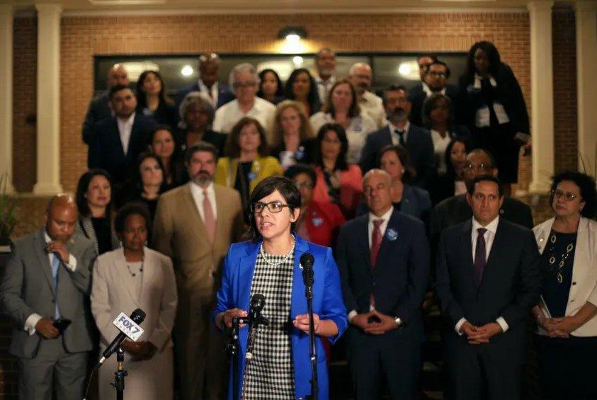 州众议员杰西卡·冈萨雷斯(Jessica González)在东奥斯汀锡安山浸礼会教堂举行的新闻发布会上发表讲话,此前民主党人违反quorum,反对参议院第7号法案,这是一项共和党广泛投票的法案。2021年5月30日。午夜是众议院批准该法案的最后期限。该法案将改变几乎整个投票过程,对提前投票时间设置新的限制,加大对邮寄投票的限制,并限制地方投票的选择。