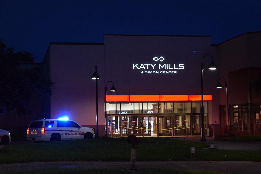 警方正在搜捕两名男子,这两名男子周五晚上试图在凯蒂·米尔斯入口附近的一家珠宝店进行砸抢抢劫。