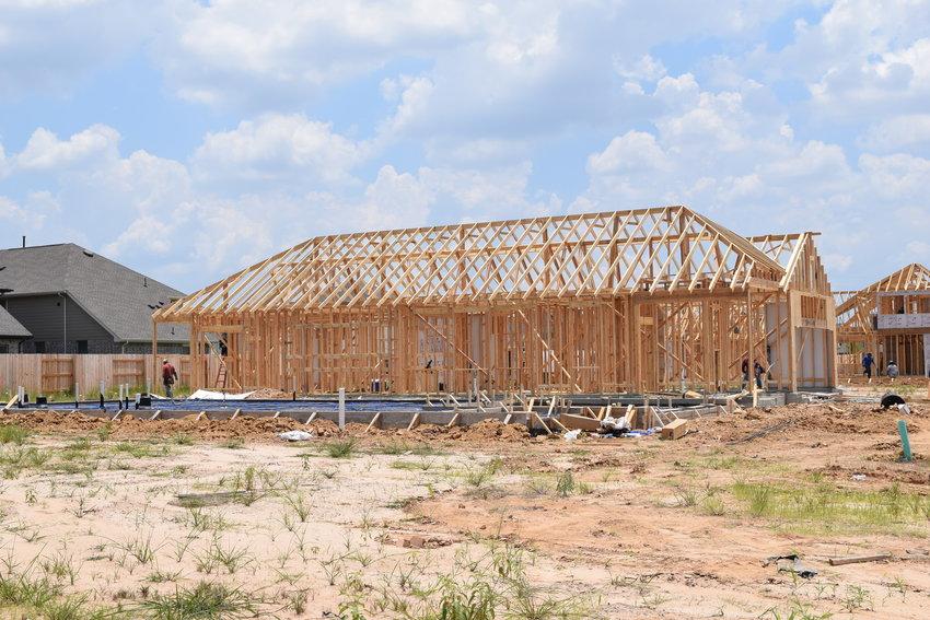 工人们继续在凯蒂地区北部沿着FM 529的Elyson小区建造房屋。建筑商一直很难找到木材,专家说,木材价格最近上涨了约300%,部分原因是由于大流行,尽管原材料价格一直保持稳定。