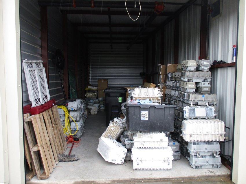 在7月9日执行搜查令后,警员们发现了这个存储单元,里面堆放着价值数十万美元的互联网节点。