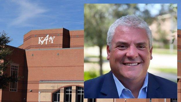 凯蒂ISD负责设施、企业赞助和营销的总经理本·罗兰(Ben Rolens)因去年在改善地区设施安全方面所做的工作而获得表彰。