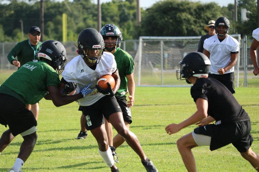 在周一的Mayde Creek训练中,乔丹·凯利与防守队员搏斗。