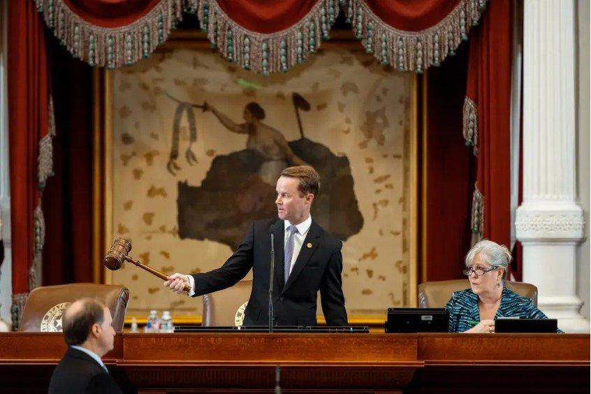众议院议长戴德·费伦将于2021年8月7日召开众议院会议。目前还不清楚民主党人是否会再次在整个会议期间阻止达到法定人数,以阻止与全州投票有关的立法。