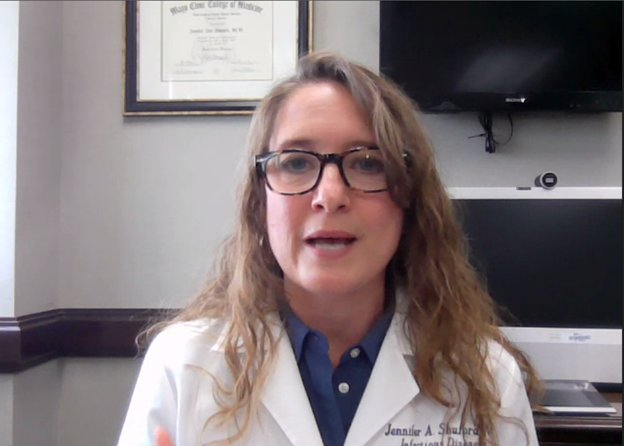 詹妮弗·舒福德博士是得克萨斯州卫生服务部的首席流行病学家,她在8月4日的新闻发布会上发表了讲话。上周,州和县的卫生官员对主要由导致COVID-19疾病的SARS-CoV-2的Delta变种病毒引起的一波感染表示担忧。舒弗德说,这种病毒的迅速传播是自去年德克萨斯州爆发流感以来她所见过的最严重的一次。