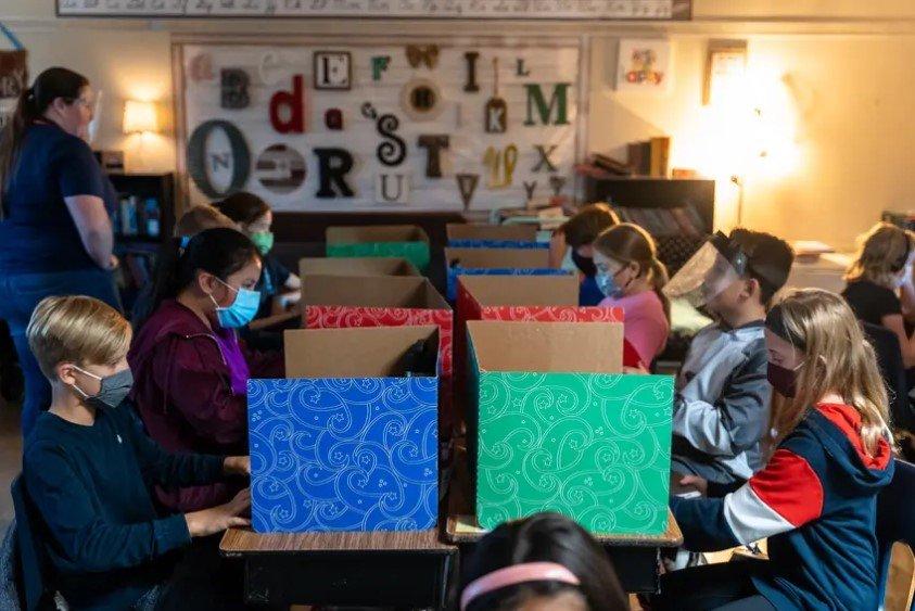 2020年,温伯利雅各布森威尔小学的五年级学生在笔记本电脑上做阅读练习。