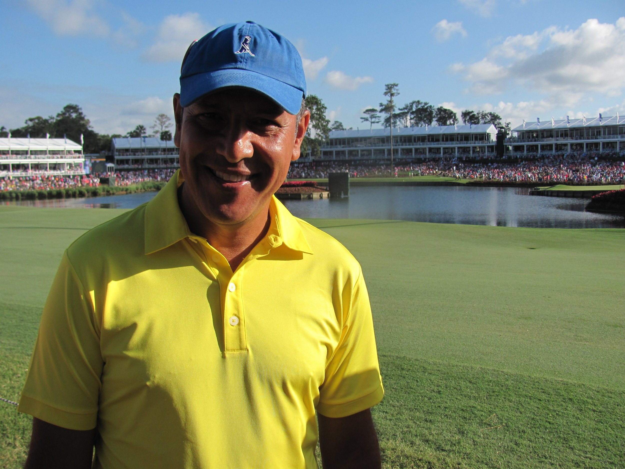 Fan Edgardo Catari of Colombia stands in front of the island green.