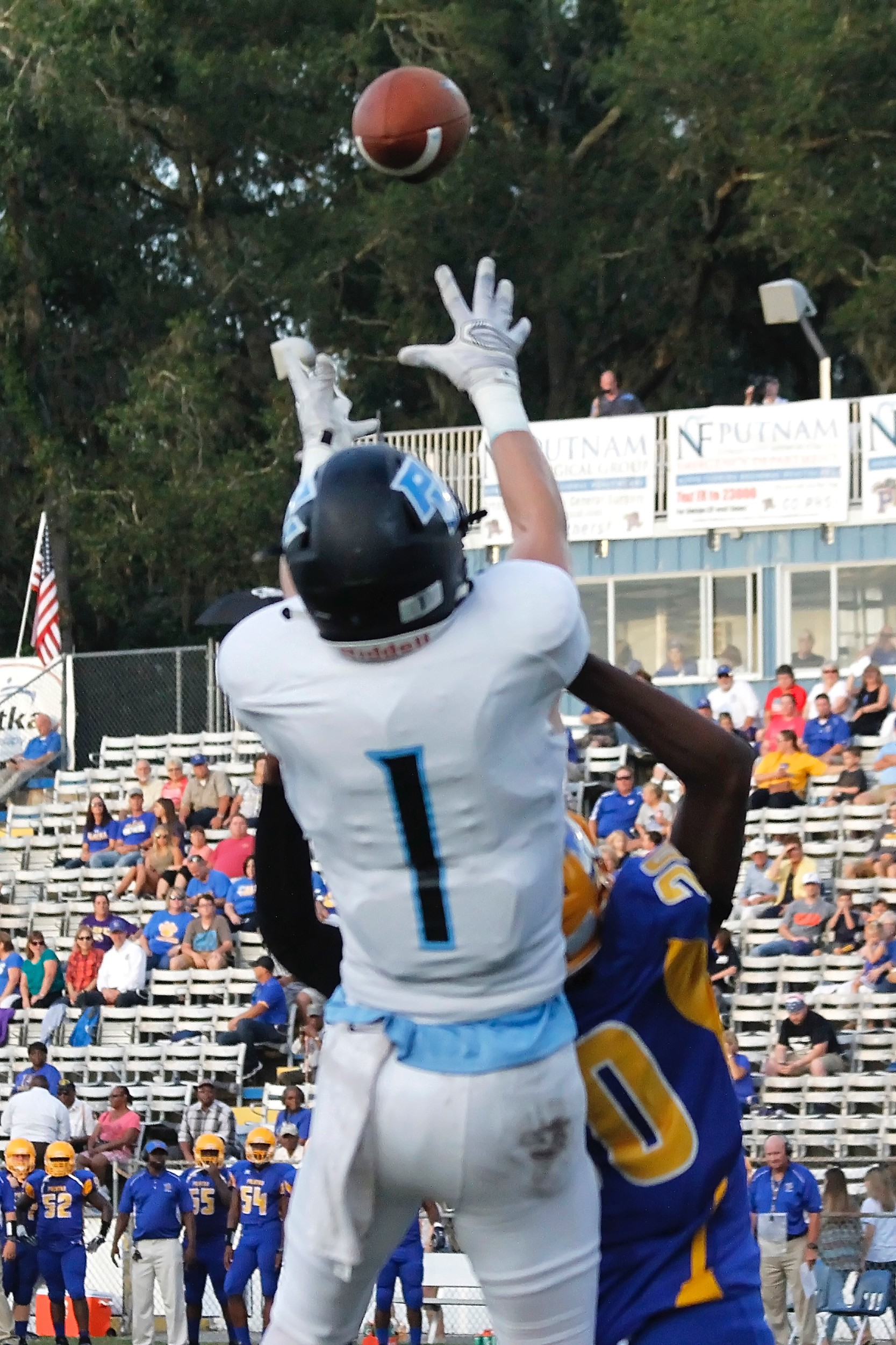Jarrett Stepp (#1) pulls in a touchdown pass from RJ Glod to give the Sharks a 7-0 lead.