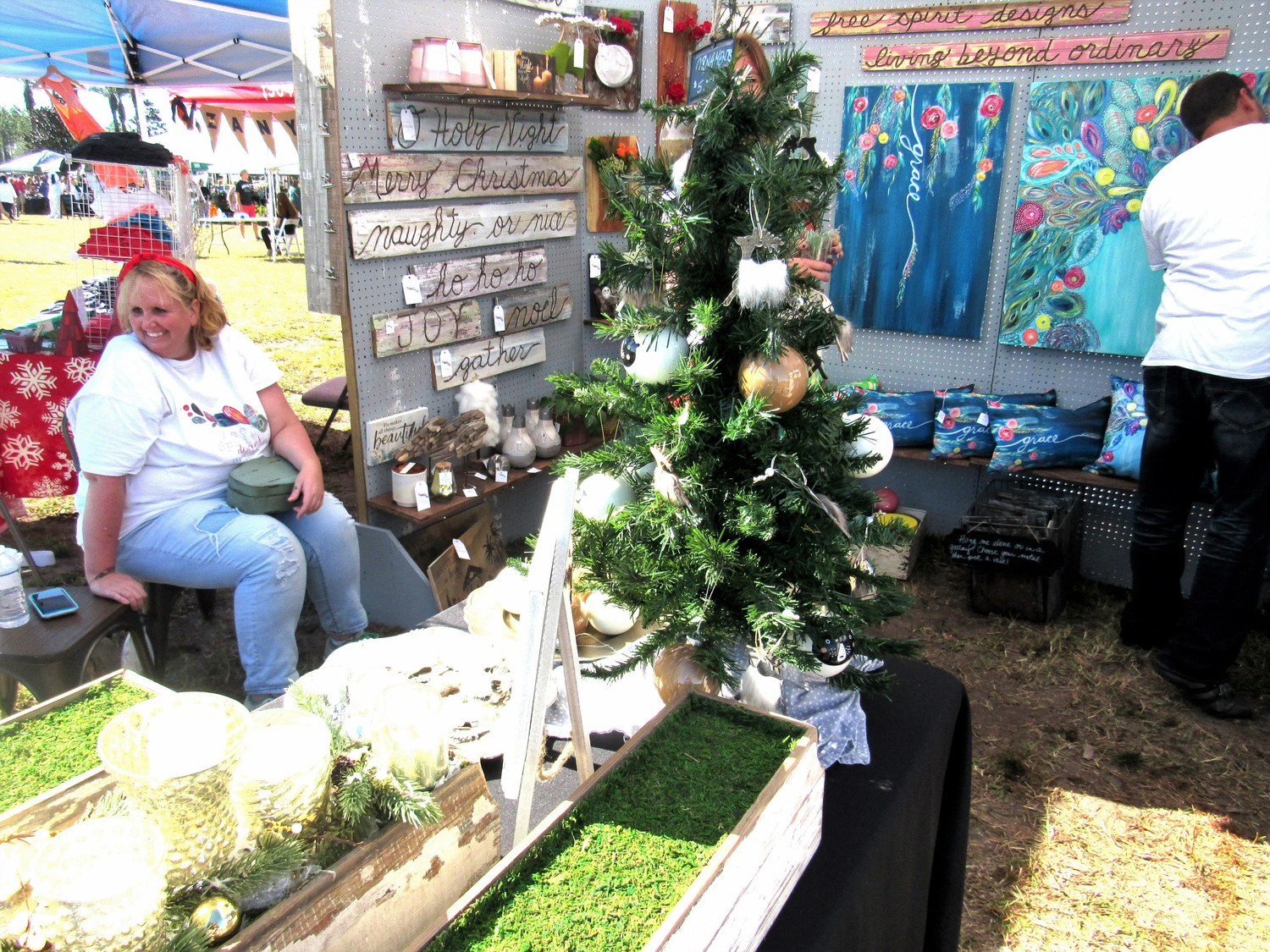 A Christmas display draws holiday shoppers at the Nov. 18 Nocatee Farmers Market.