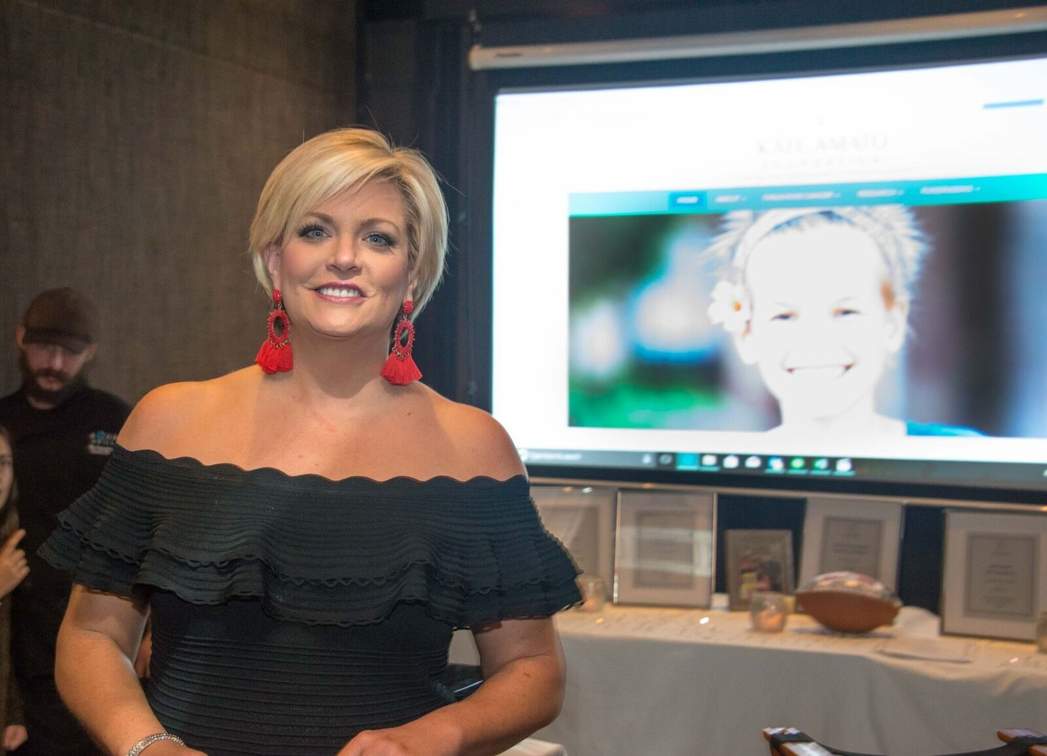 News4Jax anchor Nikki Kimbleton hosts the live auction and dinner festivities.