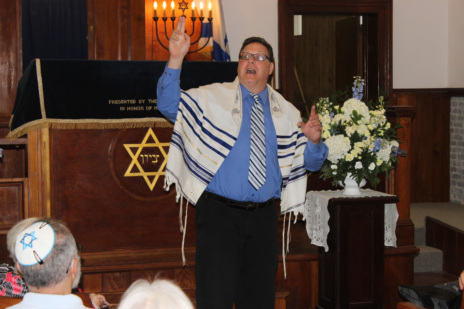 Rabbi Joel Fox leads the congregation in song.