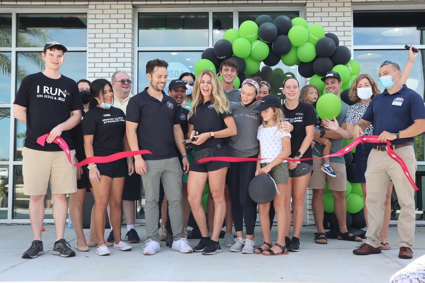 Sam and Angie Lacey cut the ribbon during their grand opening celebration Saturday, Aug. 8, at Clean Juice in Nocatee. Photo by Ponte Vedra Beach Division, St. Johns County Chamber of Commerce