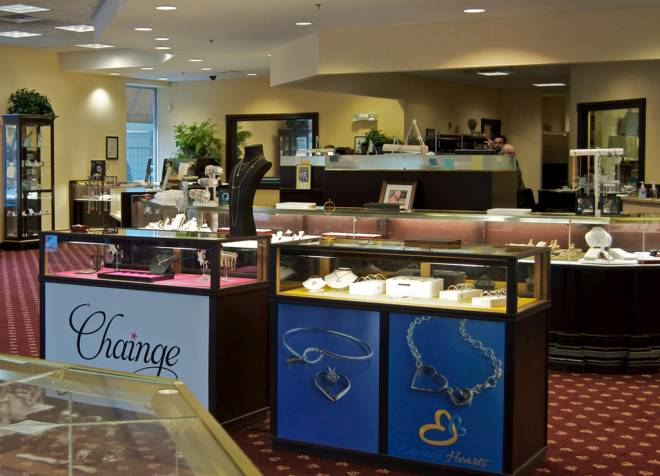 Jewelry showroom with Chainge line in pink case