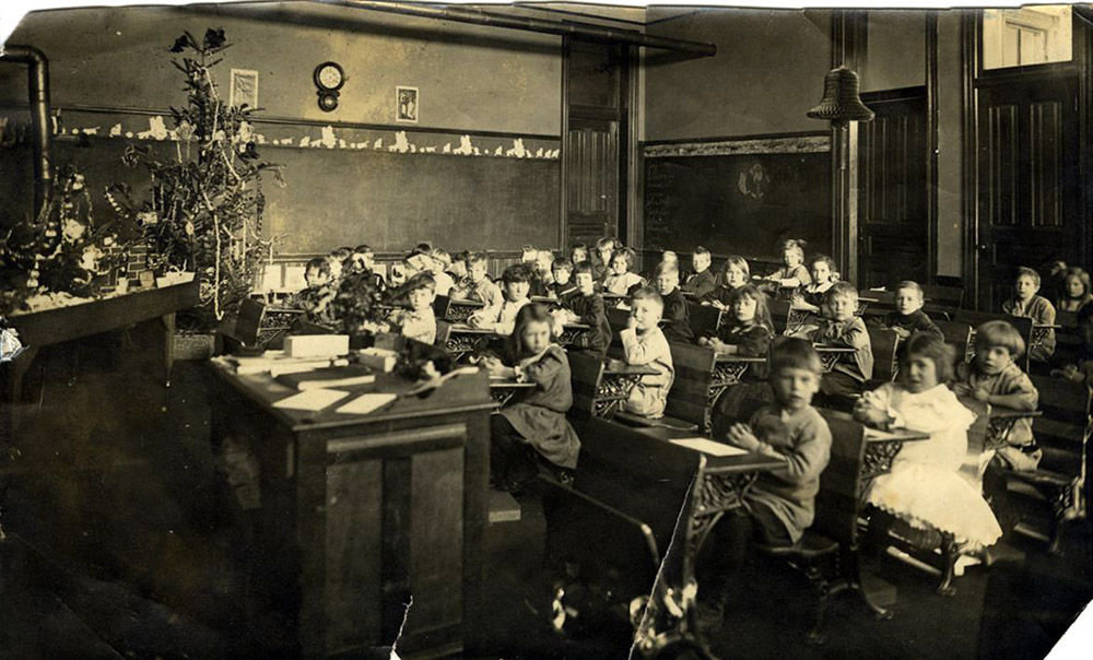 Lincoln School classroom in 1914.