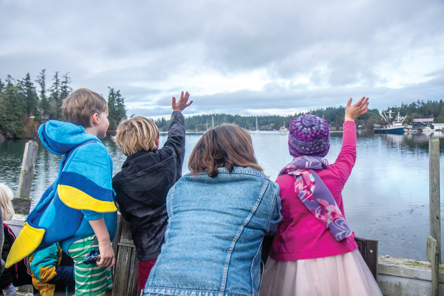 Kids wave as Santa approaches Nordland by boat.