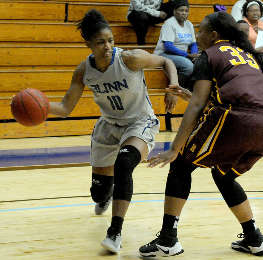Jade Rochelle drives passed a Bossier Parish defender during Blinn College's 84-71 victory on Saturday.