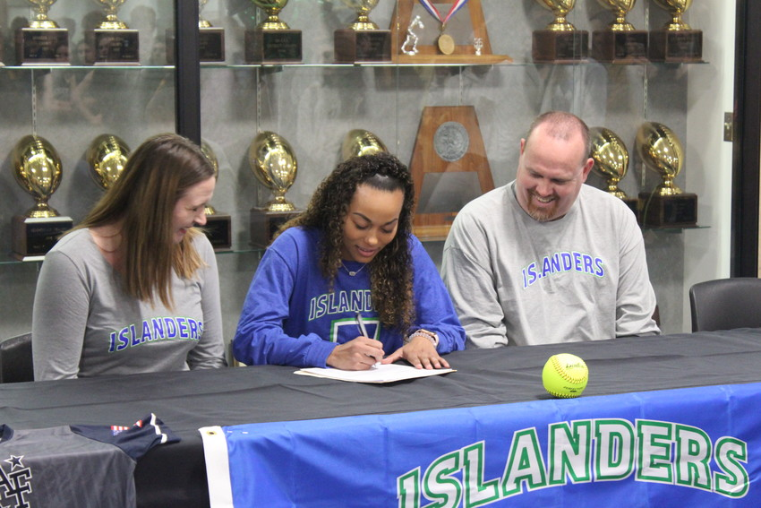 Makaylah Scott, flanked by her parents, put pen to paper to officially announce her commitment to Texas A&M Corpus Christi.