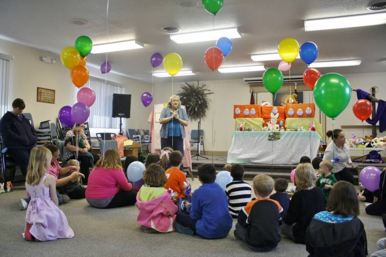 Sharon Gardulski talks to children about the colors of the Cross and the reasons for celebrating Easter.