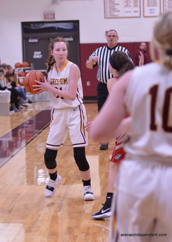 Victoria Selle passing the ball.
