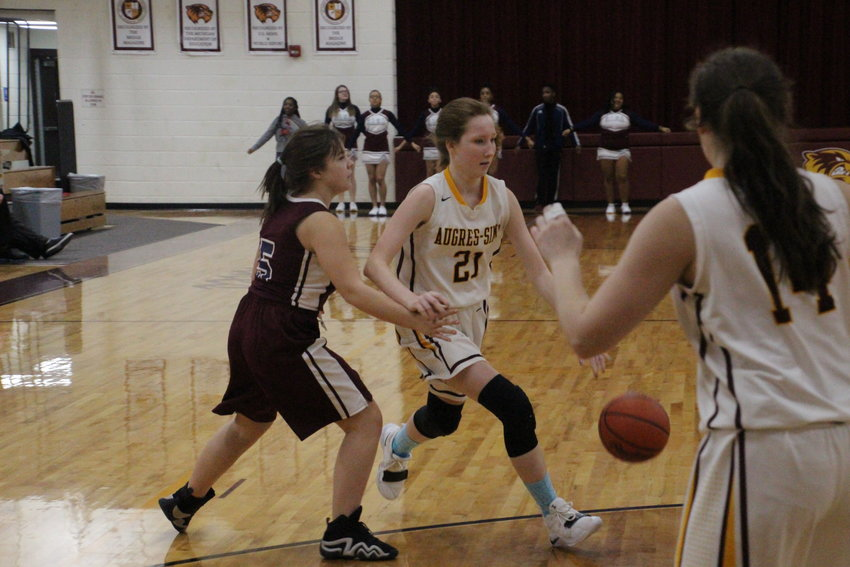 Victoria Selle drives to the basket.