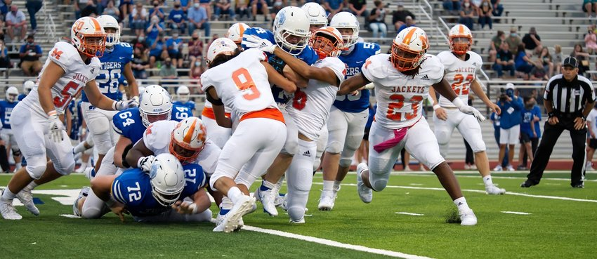 The Mineola defense swarms the Wills Point ball carrier for no gain Friday. (Monitor photo by Sam Major)
