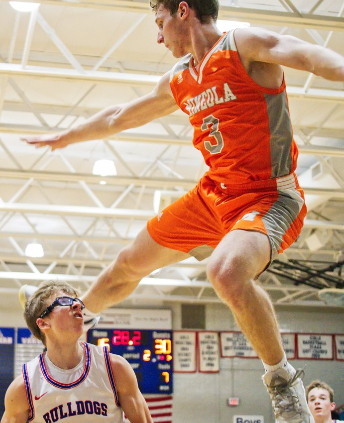 Jack Tannebaum's pump fake got Mineola's Jonah Fischer high in the air for the attempted block as Quitman and the Yellowjackets faced off in a district matchup.